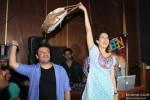 Kangana Ranaut and Vikas Bahl Promotes 'Queen' In A Popular Mumbai Lounge Pic 3