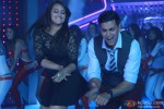 Sonakshi Sinha and Akshay Kumar in Holiday – A Soldier Is Never Off Duty Movie Stills Pic 2