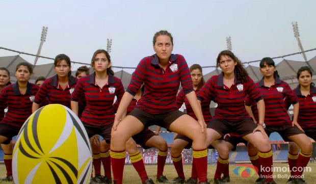 Sonakshi Sinha in a 'Tu Hi Toh Hai' song still from movie 'Holiday'