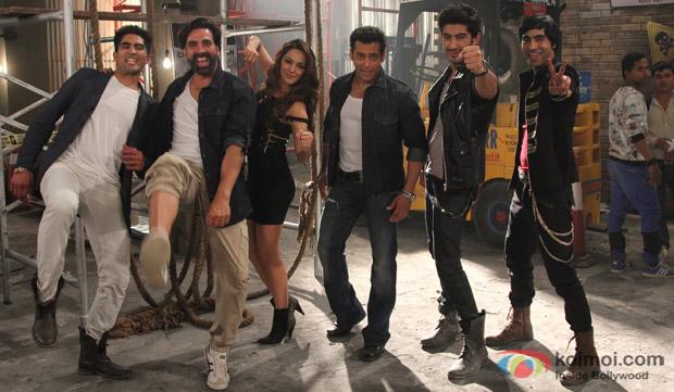 Vijender Singh, Akshay Kumar, Kiara Advani, Salman Khan, Mohit Marwah and Arfi Lamba in a still from movie 'Fugly'