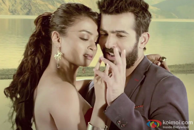 Surveen Chawla and Jay Bhanushali in a 'Aaj Phir' song still from movie 'Hate Story 2'
