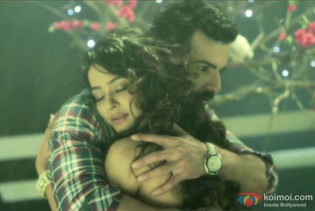 Jay Bhanushali and Surveen Chawla in a Kabhi Aayine Pe Jay Song still from movie 'Hate Story 2'