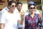 Shah Rukh Khan and Gauri Khan Cast Vote For Maharashtra State Assembly Elections 2014