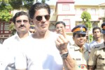 Shah Rukh Khan Cast Vote For Maharashtra State Assembly Elections 2014