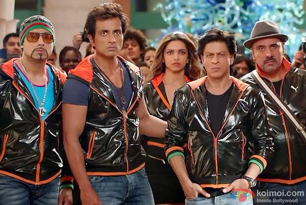 Abhishek Bachchan, Sonu Sood, Deepika Padukone, Shah Rukh Khan and Boman Irani in a still from movie 'Happy New Year'