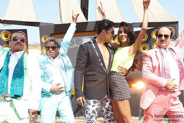 Piyush Mishra, Annu Kapoor, Akshay Kumar, Lisa Haydon and Anupam Kher in a still from movie 'The Shaukeens'