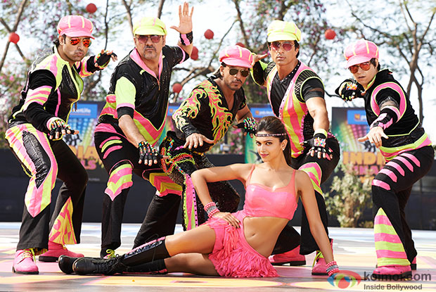 Abhishek Bachchan, Boman Irani, Shah Rukh Khan, Deepika Padukone, Sonu Sood and Vivaan Shah in a still from movie ' Happy New Year'
