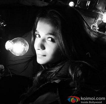 Alia Bhatt Click Selfies On 'Shaandaar' Song Shoot!
