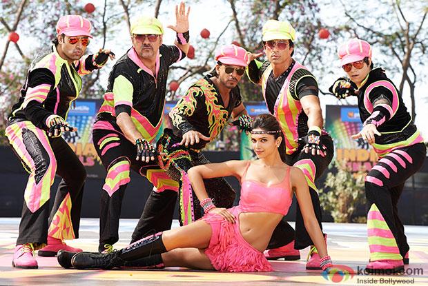 Abhishek Bachchan, Boman Irani, Shah Rukh Khan, Deepika Padukone, Sonu Sood and Vivaan Shah in a still from movie ' Happy New Year'