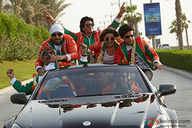 Boman Irani, Abhishek Bachchan, Shah Rukh Khan, Deepika Padukone Sonu Sood and Vivaan Shah in a still from movie 'Happy New Year'