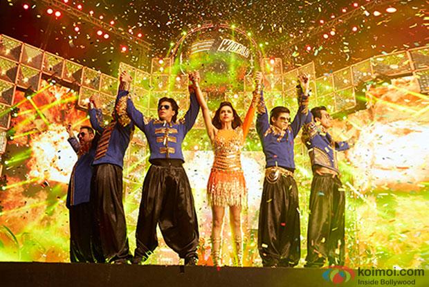 Boman Irani, Abhishek Bachchan, Shah Rukh Khan, Deepika Padukone, Vivaan Shah and Sonu Sood in a still from movie 'Happy New Year'