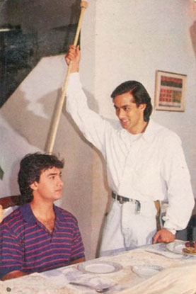 Aamir Khan and Salman Khan in a still from movie 'Andaz Apna Apna (1994)'
