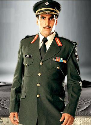 Akshay Kumar in a still from movie 'Ab Tumhare Hawale Watan Saathiyo (2004)'