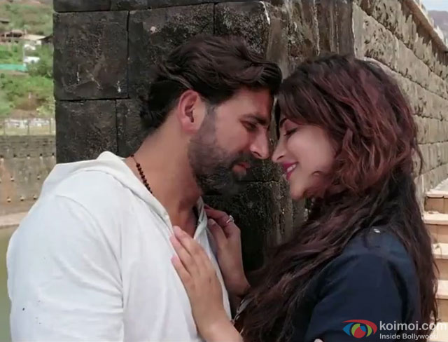 Akshay Kumar and Shruti Haasan in a 'Coffee Peetey Peetey' song still from movie 'Gabbar Is Back'