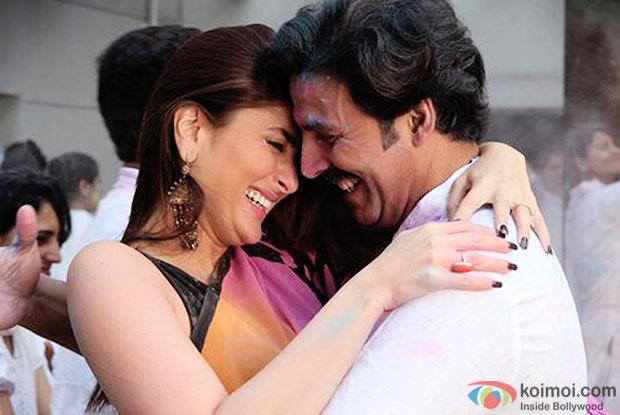 Kareena Kapoor and akshay Kumar in a still from movie 'Gabbar Is Back'