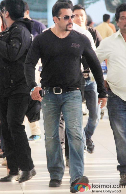 Salman Khan Wrap Up Bajrangi Bhaijaan ; Snapped At Mumbai Airport