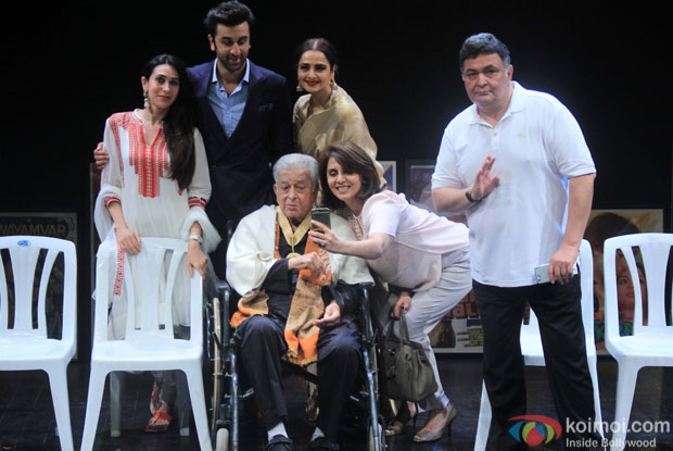 Shashi Kapoor along with Karisma Kapoor, Ranbir Kapoor, Rekha, Neetu Singh and Rishi Kapoor pose for photograph after being awarded with Dadasaheb Phalke award