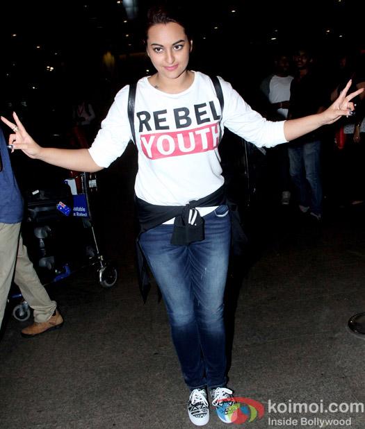 Snapped At Airport : Sonakshi Sinha