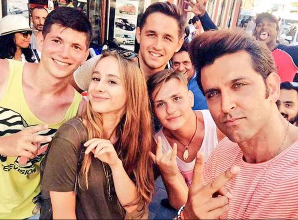 Hrithik Takes Selfie With The Dance Crew