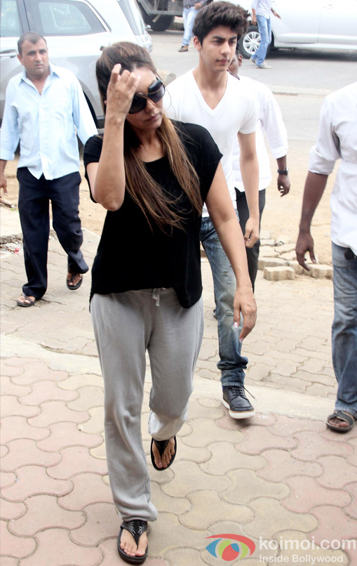 Gauri Khan and Aryan Khan at the funeral of SRK's Spot Boy Subhash Dada