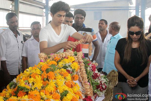 Aryan Khan & Gauri Khan at the funeral of SRK's Spot Boy Subhash Dada
