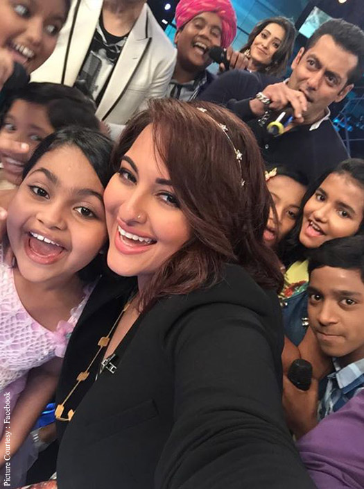 Sonkashi Sinha and Salman Khan during the Promotion Bajrangi Bhaijaan on the sets of Indian Idol Junior
