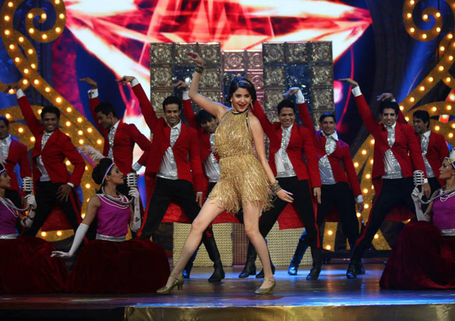 Anushka Sharma performs at 'IIFA Awards 2015'
