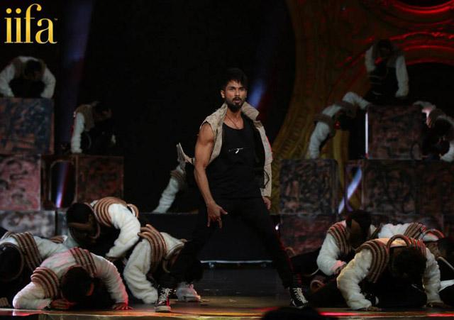 Shahid Kapoor performs at 'IIFA Awards 2015'