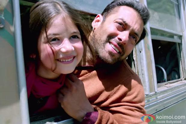 Harshaali Malthotra and  Salman Khan in a still from movie 'Bajrangi Bhaijaan'