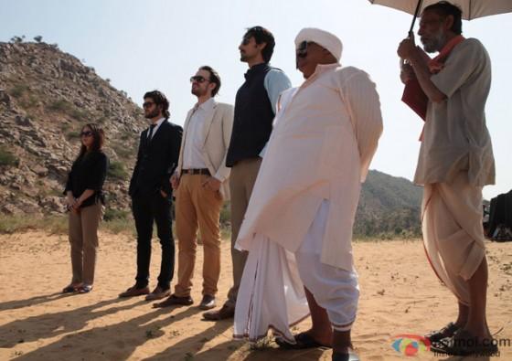Kunal Kapoor and Saurabh Shukla in 'Kaun Kitney Paani Mein' Movie Stills Pic 1