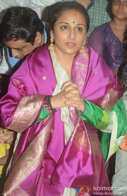 Vidya Balan visit Ganpati mandal at kings circle