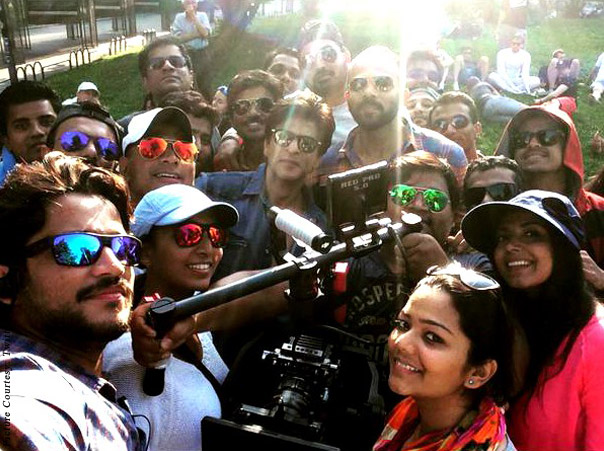 Shah Rukh Khan and Rohit Shetty with crew of movie 'Dilwale'