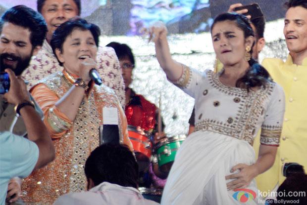 Shahid Kapoor, Falguni Pathak and Alia Bhatt Perform Garba At Ghatkoper