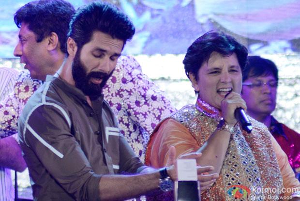 Shahid Kapoor and Falguni Pathak Perform Garba At Ghatkoper