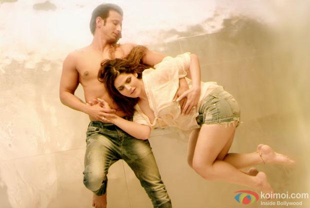 Sharman Joshi and Zareen Khan in a 'Tumhe Apna Banane Ka' song still from 'Hate Story 3'