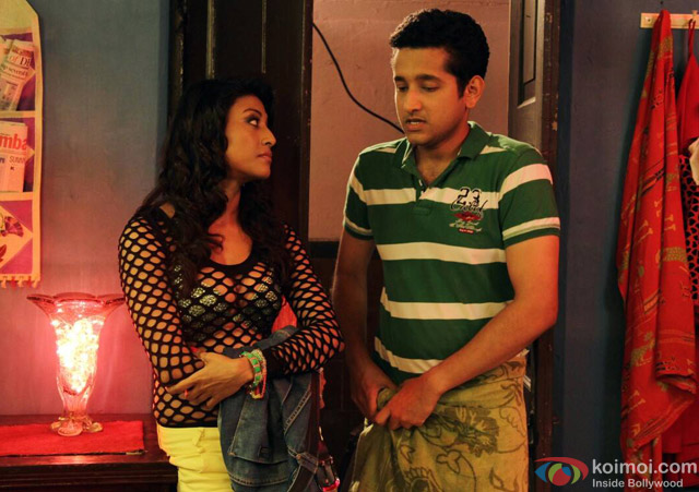 Paoli Dam and Parambrata Chatterjee in Yaara Silly Silly Movie Stills Pic 6