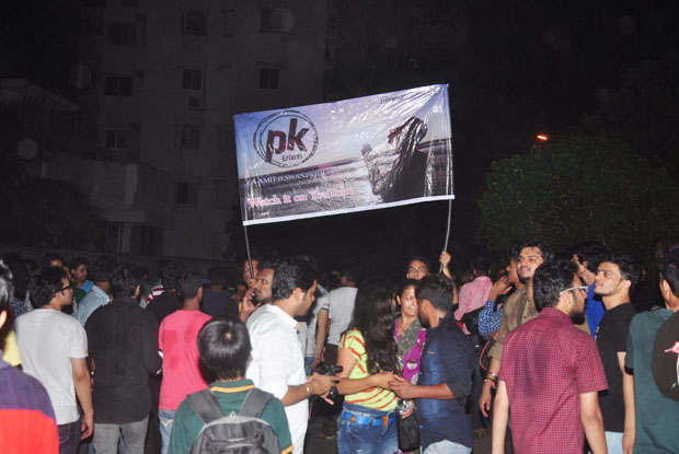 Fans outside Shah Rukh Khan's residence 'Mannat' to greet and wish him 50th birthday