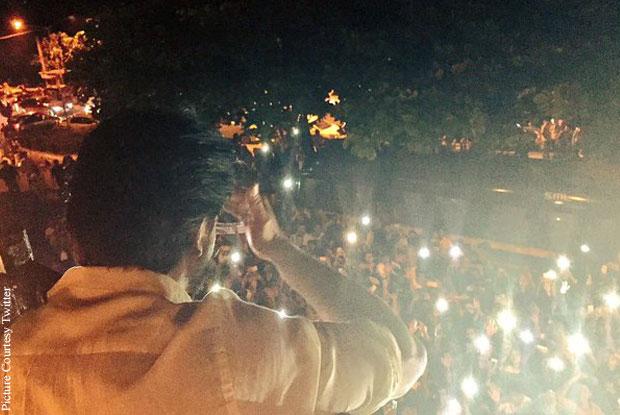 Shah Rukh Khan stood in a balcony of his house Mannat