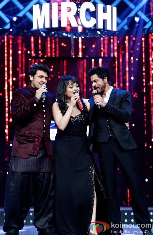 Sonu Nigam, Aditi Singh Sharma and Shah Rukh Khan performing at 8th Mirchi Music Awards