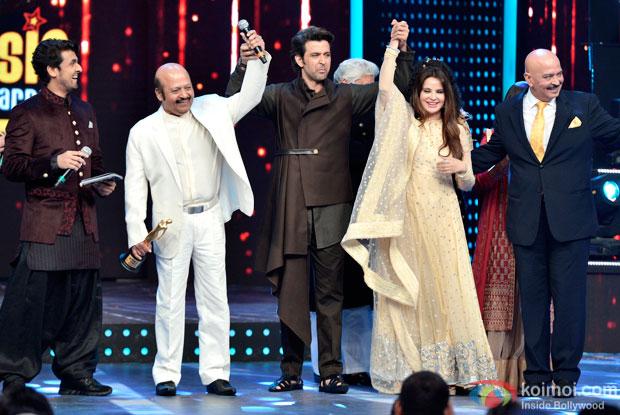 Sonu Nigam, Rajesh Roshan, Hrithik Roshan and Rakesh Roshan at 8th Mirchi Music Awards