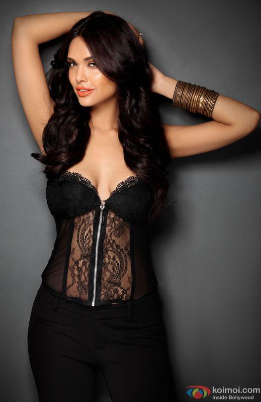 It's Confirmed! Esha Gupta To Star Opposite Vidyut In Commando 2