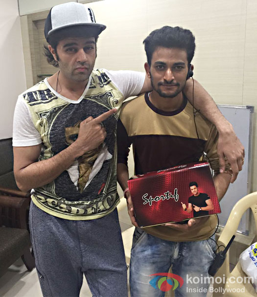 Manish Paul gifts 300 pairs of shoes to the crew of Jhalak Dikhhla Jaa 9!