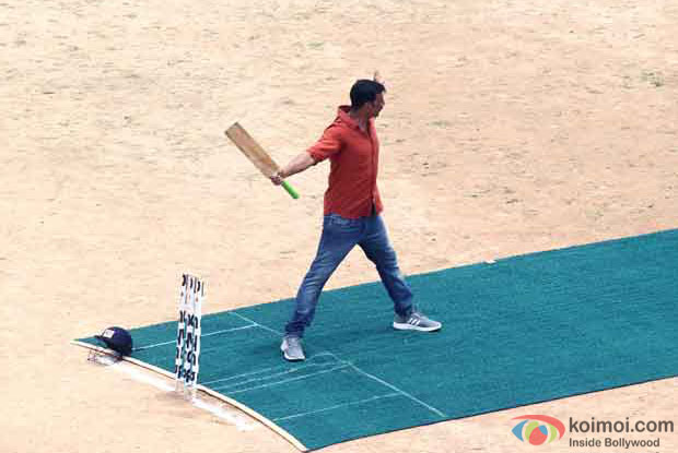 Spotted Akshay Kumar Playing Cricket On The Sets Of Jolly LLb 2