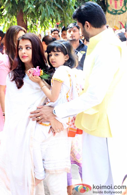 Shweta Bachchan Nanda , Aishwarya Rai Bachchan, Aaradhya and Abhishek Bachchan attended a Durga pooja