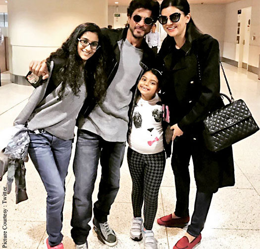 Photos: Shah Rukh Khan Clicks Pictures With Sushmita Sen And Her Daughters