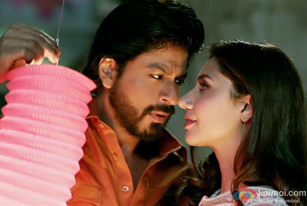 Shah Rukh Khan and Mahira KhanUdi in a Udi Jaye song still from Raees