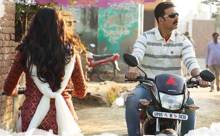 Hans Mat Pagli Song Still   Akshay & Bhumi's Brewing Romance In Toilet Ek Prem Katha