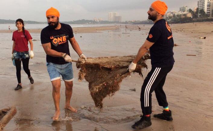 Randeep Hooda helps in cleaning Mumbai beach