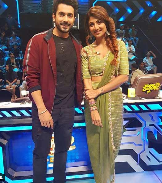 Sunny Singh poses with the gorgeous Shilpa Shetty on the sets of Super Dancer