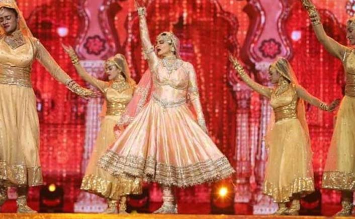 Rekha enchants cine lovers at IIFA with her performance
